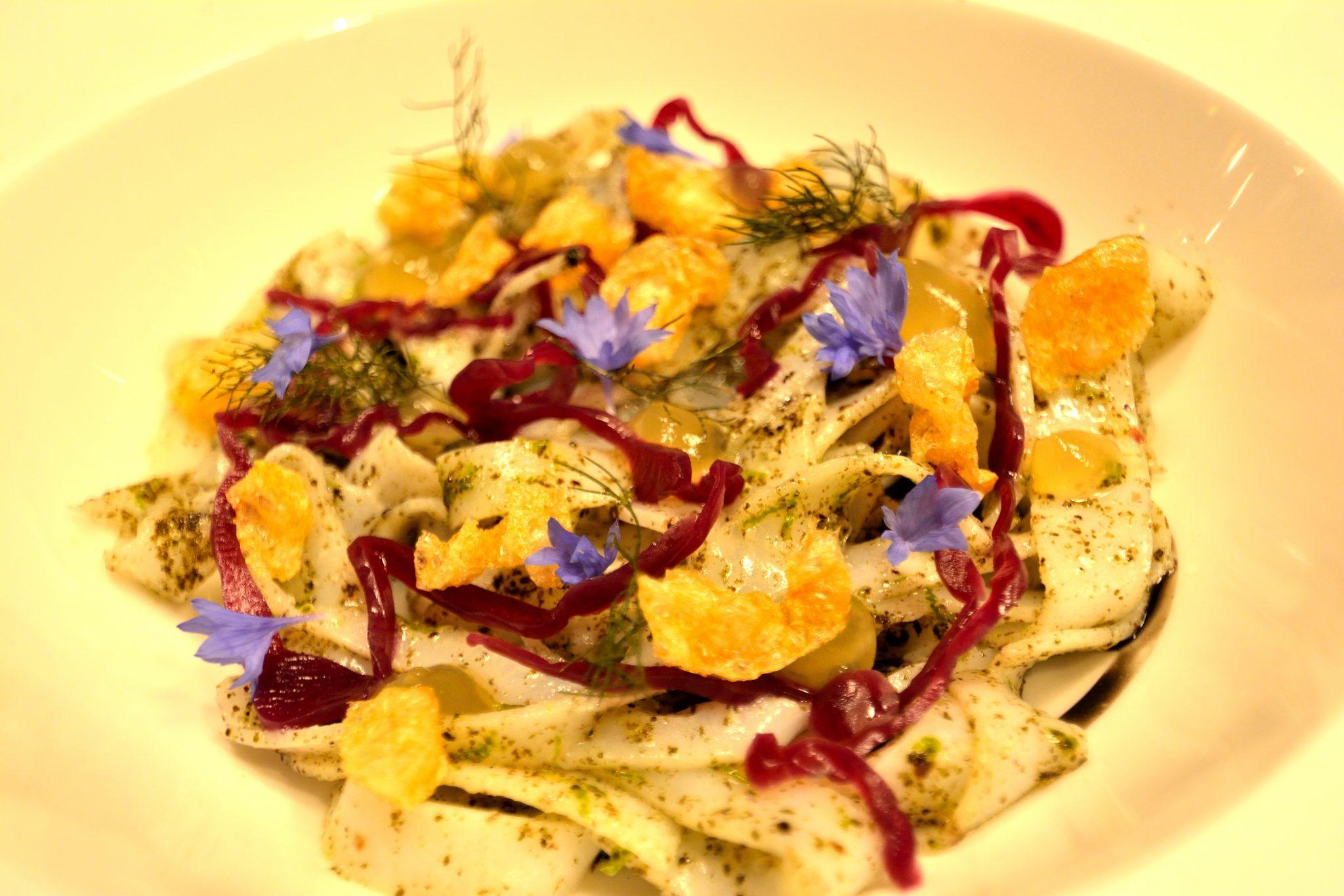 Antipasto: Tagliatelle di Seppie con Gel di Camomilla, Cappuccio viola marinato e Pop Corn di Pollo