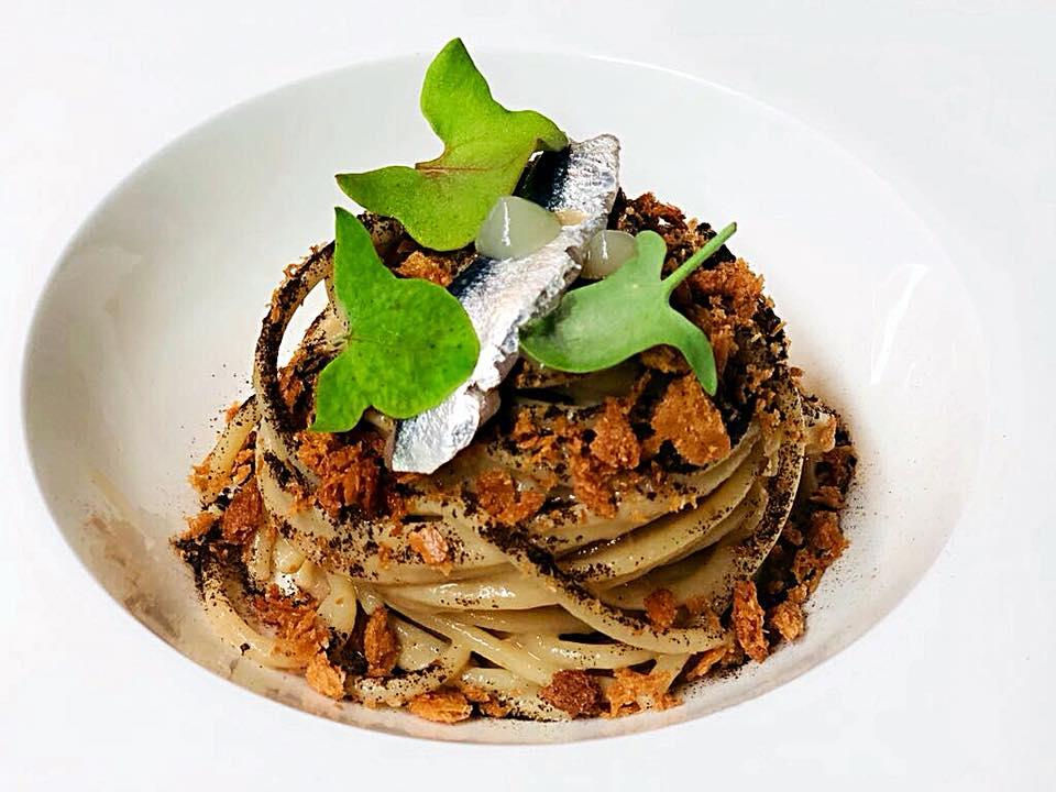 Spaghettoni Felicetti in salsa venexiana con gel allo Yuzu, The Nero affumicato e Sarda marinata