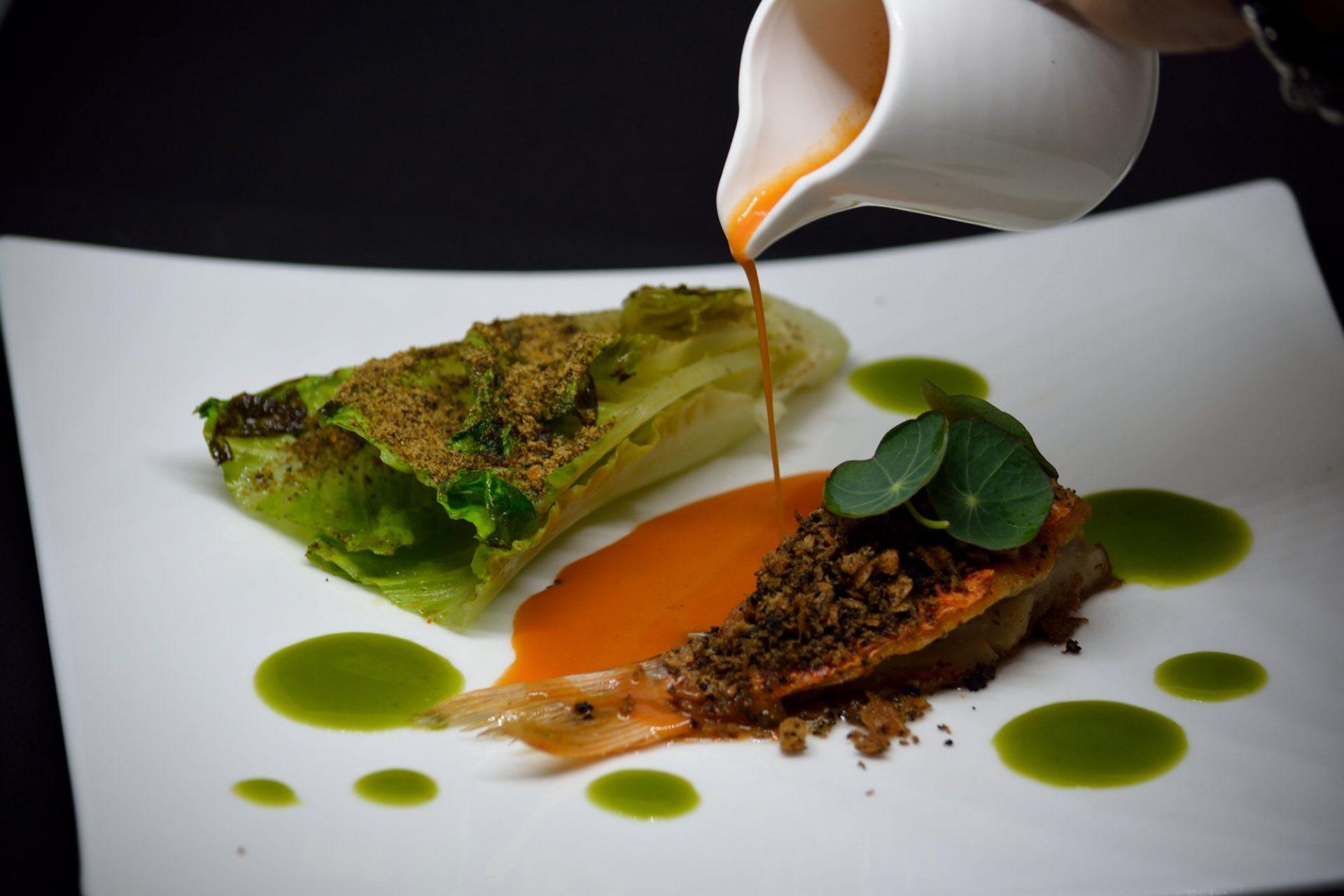 Triglia croccante alla Mediterranea con Insalata Romana, Furikake e salsa di Impepata di Cozze.